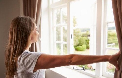 Femeie preocupată de purificarea aerului din locuință