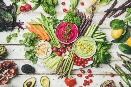 Beneficii și riscuri în dieta raw vegană