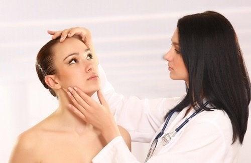 Medic care discută despre tratamente pentru candidoza cutanată
