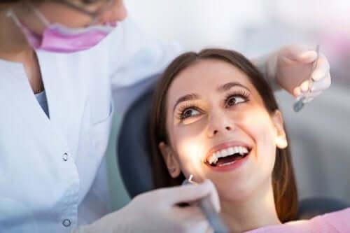 Medic care poziționează aparatul dentar invizibil