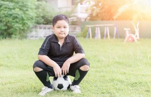 Copil obez pe terenul de sport