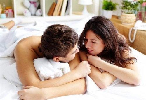 Cuplu fără haine în pat