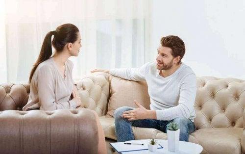 Cuplu stând de vorbă
