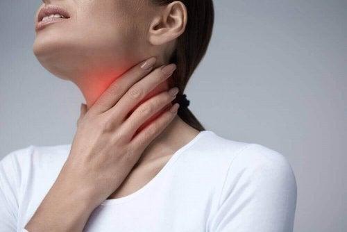 Femeie care experimentează dificultățile de înghițire