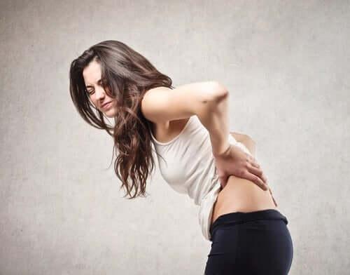 Femeie care are dureri de spate