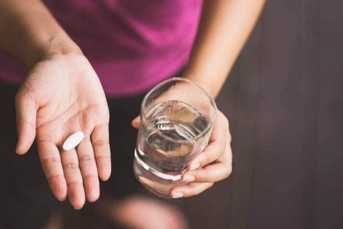 Femeie care ia Norfloxacin