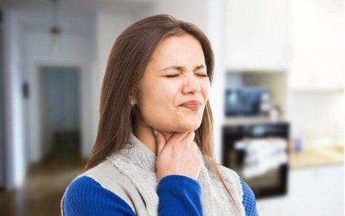 Femeie care are probleme la înghițire