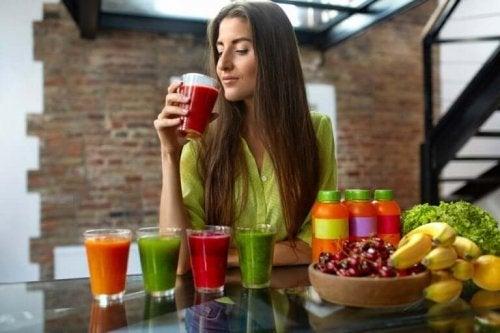 Femeie care bea sucuri naturale