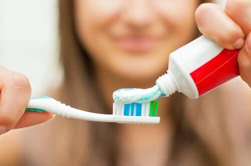 Periuță cu pastă de dinți