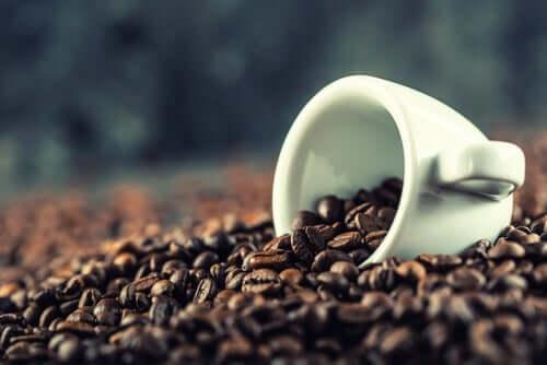 Boabe de cafea în ceașcă