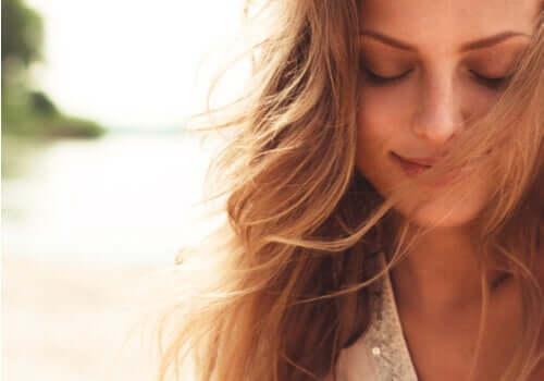 Femeie fericită care zâmbește