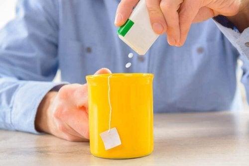 Îndulcitor artificial pus în ceai