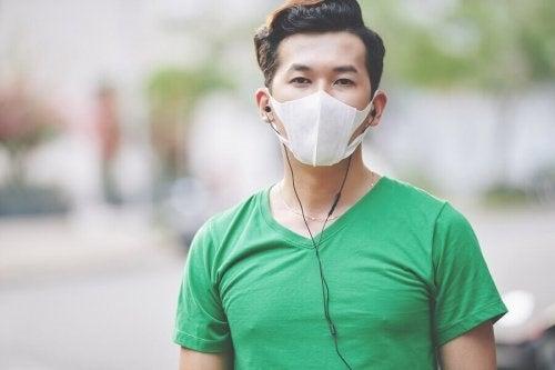 Băiat care poartă mască de protecție