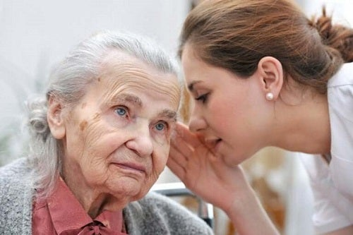 Bătrână care nu aude bine