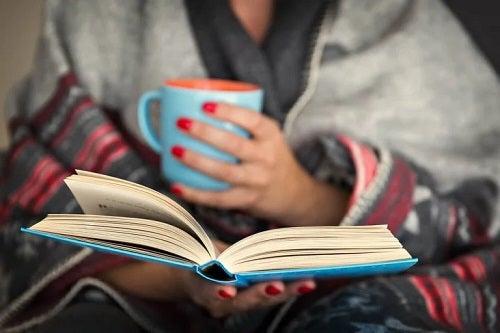 Femeie care citește un roman
