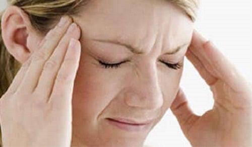Femeie care are o durere de cap