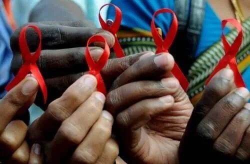 Fundițe care simbolizează lupta contra hiv