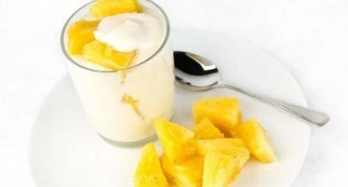 Iaurt cu bucăți de ananas