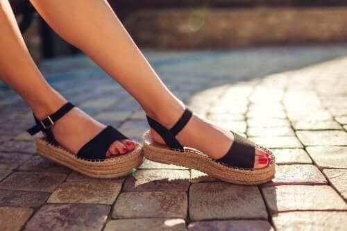 3 modalități de a scăpa de mirosul urât din sandale