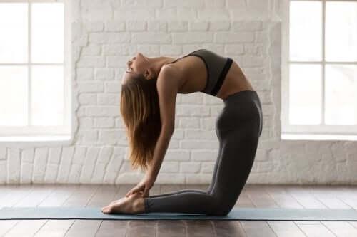 5 poziții de yoga pentru tonifierea abdomenului