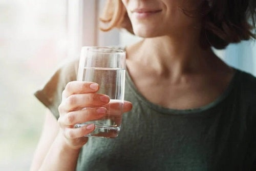 Femeie care știe mituri despre alimente care te apără de coronavirus