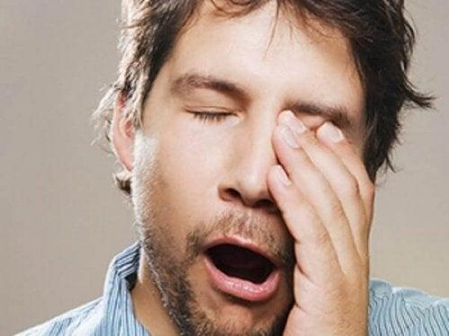 Bărbat obosit căscând