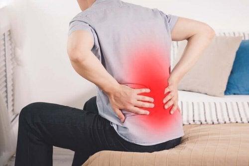 Bărbat ce cunoaște cauze ale durerii de rinichi