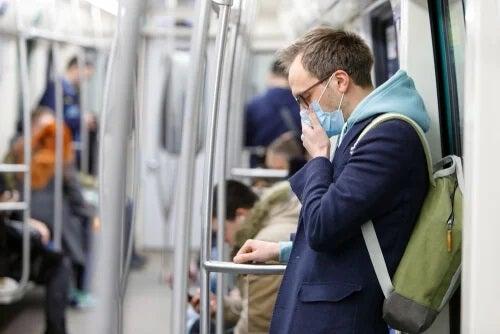 Bărbat cu mască de protecție în metrou