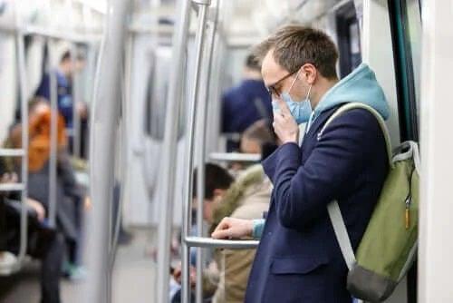 Bărbat care poartă mască de protecție împotriva coronavirusului