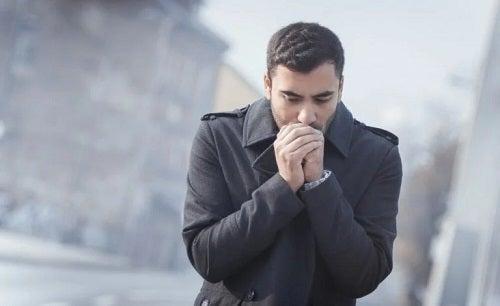 Bărbat aflat în medii care favorizează transmiterea coronavirusului