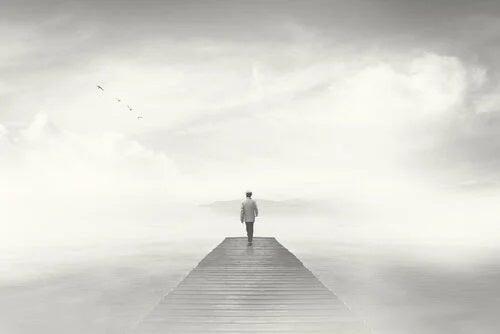 Bărbat mergând pe ponton în ceață