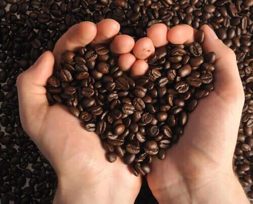 Cafea pentru a prepara exfoliante naturale care elimină punctele negre