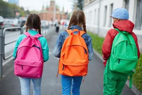 Copii vorbind despre relația dintre ghiozdanele și durerea de spate