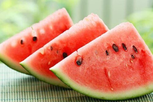 Felii de pepene verde ce pot fi incluse în băuturi care susțin pierderea în greutate
