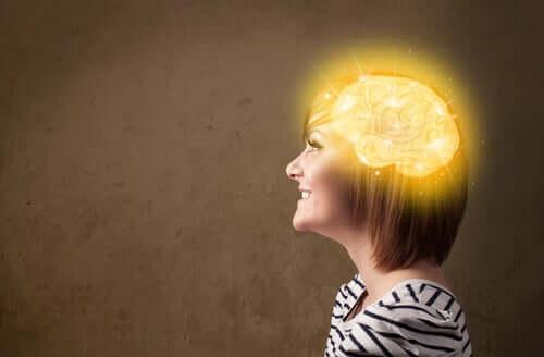 Femeie bucurându-se de un creier sănătos