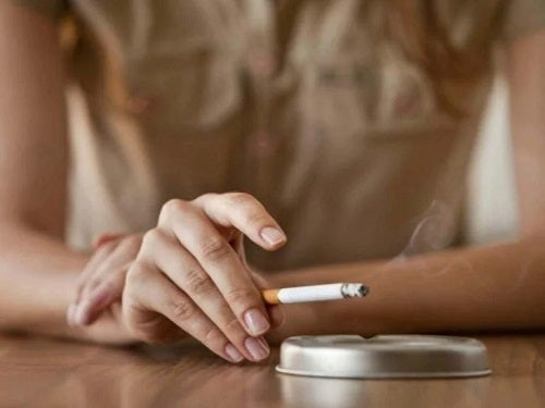 Femeie care fumează