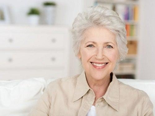 Femeie cu părul alb zâmbind