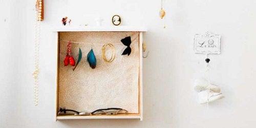 Raft pentru accesorii rezultat din lucru manual cu lăzi și cutii