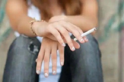 Adolescentă care fumează