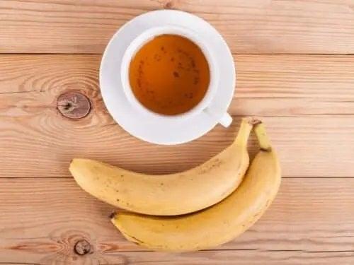 Banană lângă o cană de ceai