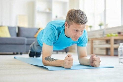 Bărbat care se antrenează acasă
