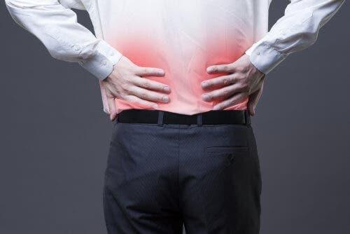 Bărbat experimentând durere de spate