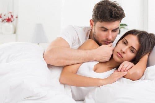 Bărbat discutând cu iubita sa în pat