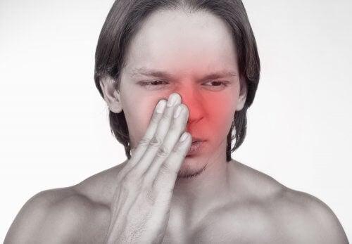 Bărbat cu nasul înfundat