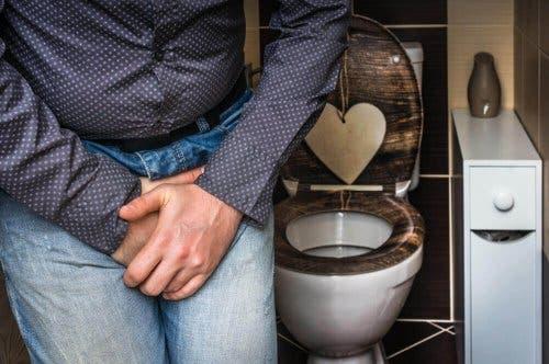 Bărbat care are nevoie să meargă la toaletă