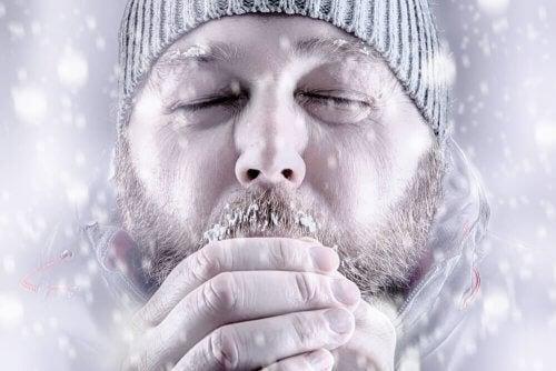 Bărbat copleșit de ninsoare