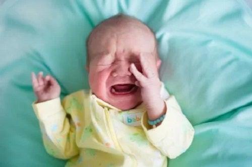 Bebeluș care plânge