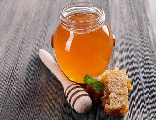 Borcan cu miere pentru ameliorarea durerilor în gât