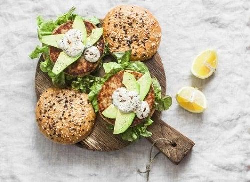 Burgeri din file de ton: rețete delicioase
