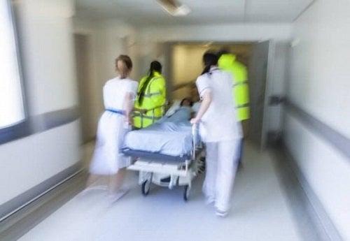 Cadre medicale explicând ce sunt injecțiile intracardiace unui pacient